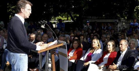 El presidente de la Xunta Alberto Núñez Feijoo, acompañado por la vicepresidenta Soraya Sáenz de Santamaría, la ministra de Fomento Ana Pastor, y la candidata a la alcaldía de Vigo Elena Muñoz, en un pasado acto electoral. EFE/Salvador Sas