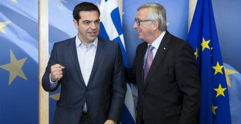 El primer ministro griego, Alexis Tsipras, ayer junto al presidente de la Comisión Europea, Jean-Claude Juncker. /REUTERS