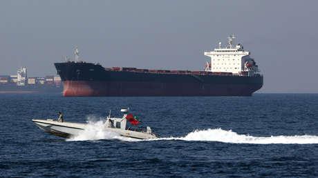 Una lancha patrullera iraní y un petrolero en el estrecho de Hormuz, el 30 de abril de 2019.