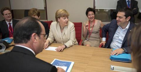 Tsipras, junto a Merkel y Hollande, en el Consejo Europeo en Bruselas. / EFE