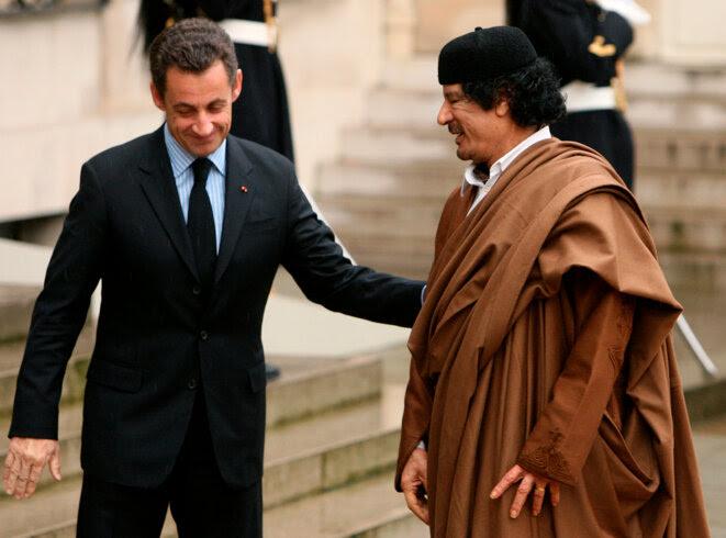 Nicolas Sarkozy et Mouammar Kadhafi sur le perron de               l'Élysée, en 2007. © Reuters