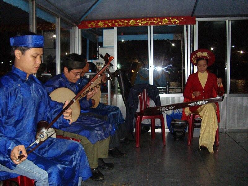 File:Dàn nhạc ca Huế trên sông Huế.JPG