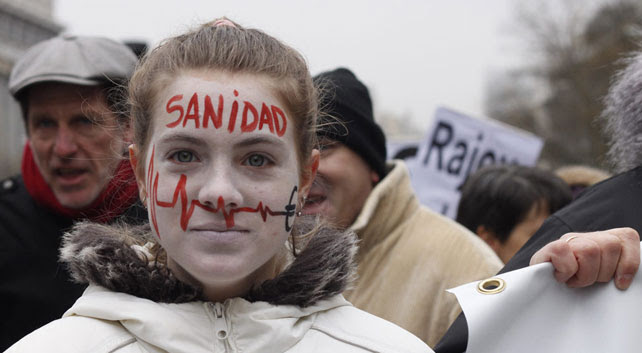Una joven se manifiesta contra la privatización de hospitales en Madrid en una de las múltiples Mareas Blancas contra este proceso.
