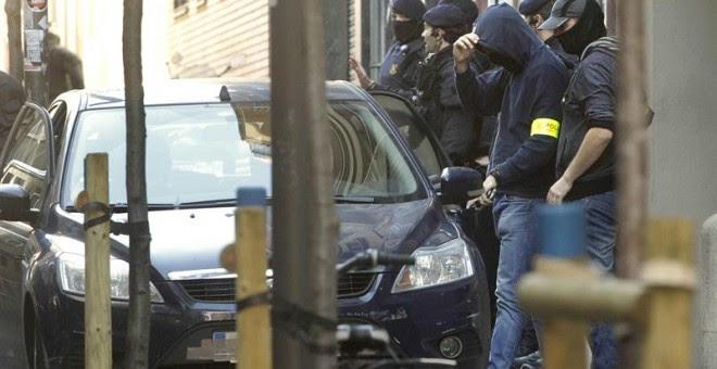 Los Mossos d'Esquadra finalizan el registro que han llevado a cabo en el Ateneu Llibertari de Sants desde primeras horas de hoy una operación contra una organización criminal de tipo terrorista, relacionada con el llamado 'caso Pandora'. EFE