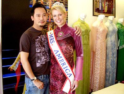 Hoa hậu Quý bà Mỹ 2006 Andrea Preuss rất hài lòng với chiếc áo dài dành riêng cho mình.