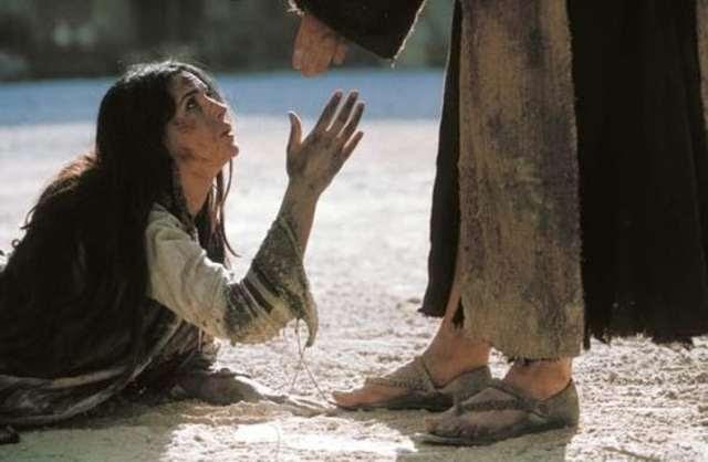 Znalezione obrazy dla zapytania (J 8,1-11) Jezus udał się na Górę Oliwną, ale o brzasku zjawił się znów w świątyni. Cały lud schodził się do Niego, a On usiadłszy nauczał ich. Wówczas uczeni w Piśmie i faryzeusze przyprowadzili do Niego kobietę którą pochwycono na cudzołóstwie, a postawiwszy ją pośrodku, powiedzieli do Niego: Nauczycielu, tę kobietę dopiero pochwycono na cudzołóstwie. W Prawie Mojżesz nakazał nam takie kamienować. A Ty co mówisz? Mówili to wystawiając Go na próbę, aby mieli o co Go oskarżyć. Lecz Jezus nachyliwszy się pisał palcem po ziemi. A kiedy w dalszym ciągu Go pytali, podniósł się i rzekł do nich: Kto z was jest bez grzechu, niech pierwszy rzuci na nią kamień. I powtórnie nachyliwszy się pisał na ziemi. Kiedy to usłyszeli, wszyscy jeden po drugim zaczęli odchodzić, poczynając od starszych, aż do ostatnich. Pozostał tylko Jezus i kobieta, stojąca na środku. Wówczas Jezus podniósłszy się rzekł do niej: Kobieto, gdzież oni są? Nikt cię nie potępił? A ona odrzekła: Nikt, Panie! Rzekł do niej Jezus: I Ja ciebie nie potępiam. - Idź, a od tej chwili już nie grzesz.
