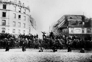 Primeras barricadas en Rue de Ménilmontant que dieron lugar a la Comuna de París, el 18 de marzo de 1871.