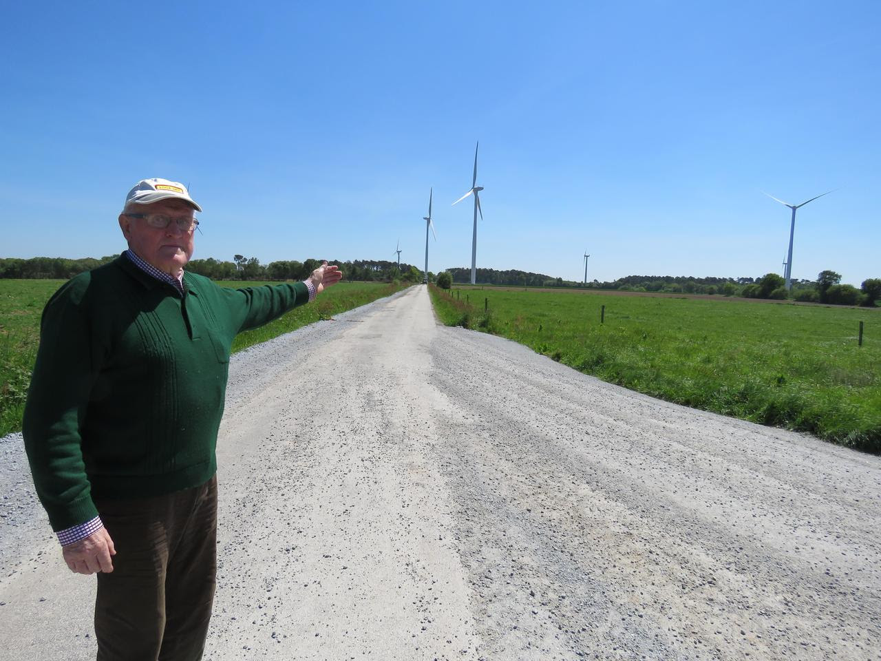 Denios Roselier pointe du doigt les nouvelles éoliennes qui vont bientôt être mises en service près de chez lui. Deux sont sur sa commune, à Buléon, mais les quatre autres sont implantées à Bignan et Guéhenno, et elles sont toutes aussi visibles.