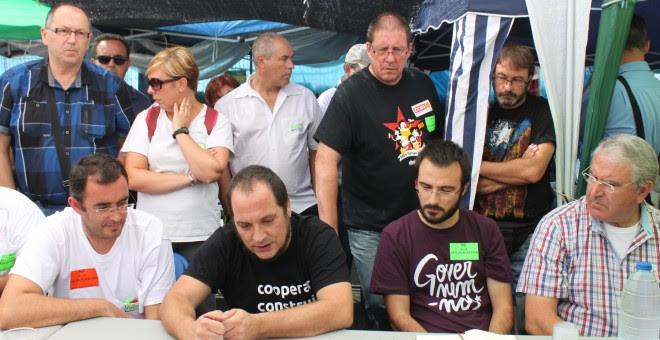 David Fernàndez y Alberto Botrán, de la CUP, con los trabajadores de Valeo.