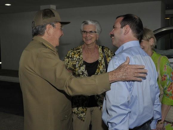 El Héroe de la República de Cuba Fernándo González con el General de Ejército Raúl Castro Ruz. Detras su madre  y esposa Foto: Estudios Revolución