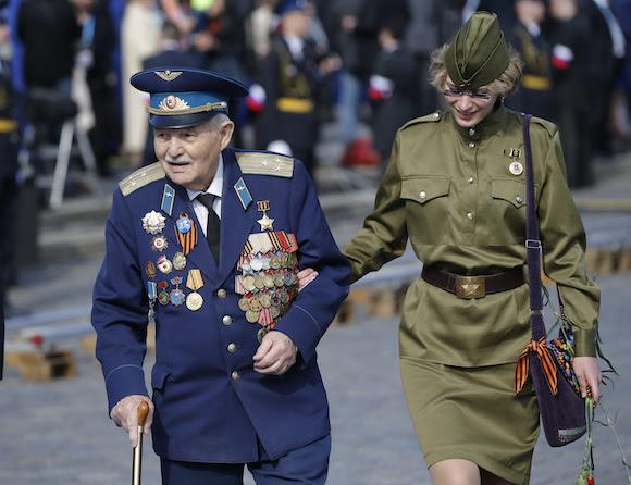 Un veterano de la II Guerra Mundial, momentos antes del inicio del desfile en la Plaza Roja. Foto: Alexander Zemlianichenko/ AP