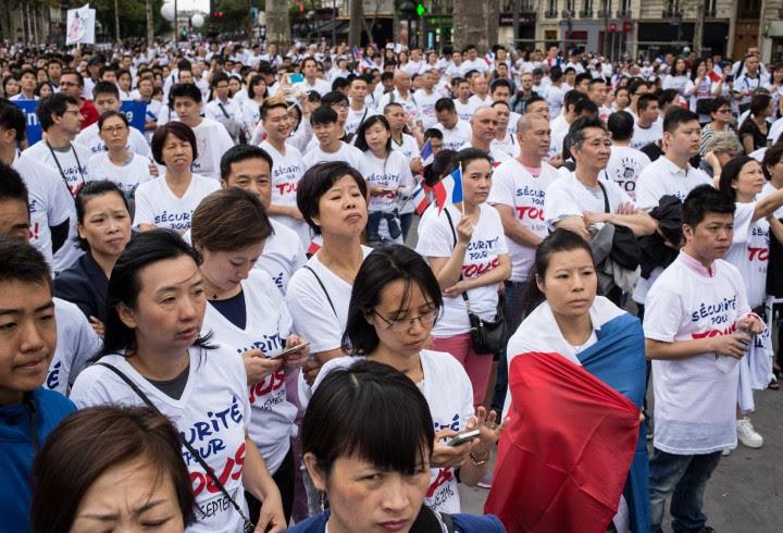 """Manifestation """"Sécurité pour tous""""  organisée par 60 associations des chinois de France, place de la République. La communauté chinoise dénonce le climat d'insécurité persistant qu'elle subie. Crédit : Camille Millerand"""