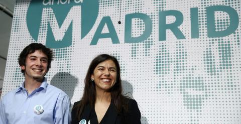 Julio Martínez y Pepa López, miembros del equipo de comunicaciones de Ahora Madrid, durante la rueda de prensa. -AGUSTÍN MILLÁN
