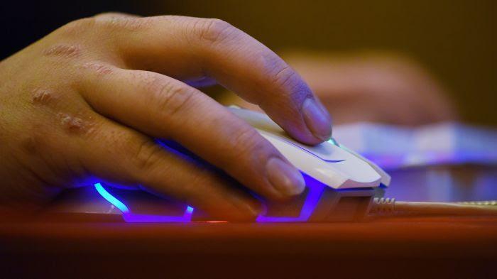 Homme utilisant une souris d'ordinateur