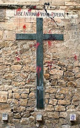"""Muro exterior de la Catedral de Cuenca, con una placa en homenaje a los """"Caídos por Dios y por la Patria"""""""