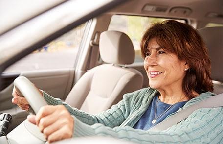 mujer adulta conduciendo