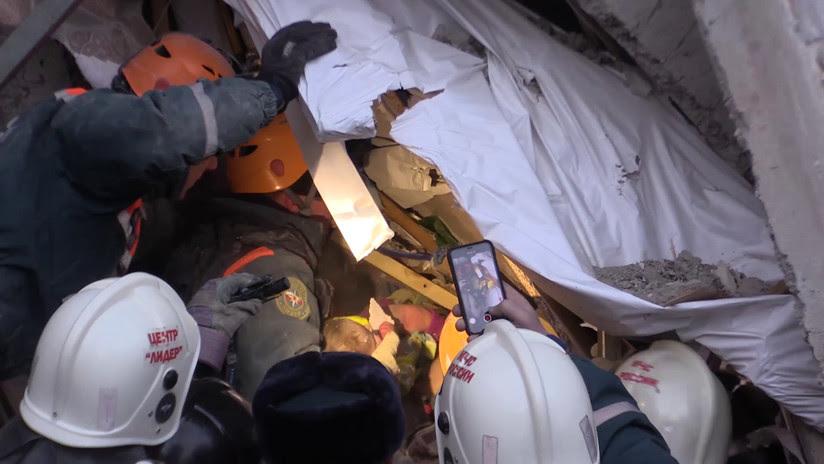 VIDEO: Rescatan vivo a bebé de 10 meses tras 35 horas bajo escombros del edificio colapsado en Rusia