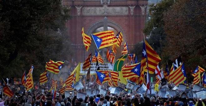 01/10/2018.- Vista de la manifestación soberanista, a su paso por el Arco de Triunfo de Barcelona, que tiene lugar esta tarde con motivo del primer aniversario del 1-O, bajo el lema 'Recuperemos el 1 de Octubre'. EFE/ Alberto Estévez