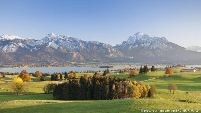 Paisagem verde e de montanhas na Alemanha