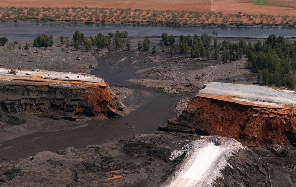 Vista aérea de la balsa de Aznalcóllar el 25 de abril de 1998.