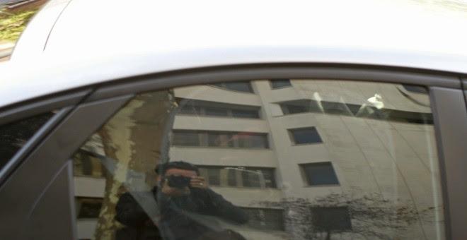 El exvicepresidente del Gobierno Rodrigo Rato, en el interior de un coche en el que ha abandonado a toda velocidad los juzgados de Plaza de Castilla. EFE/Víctor Lerena