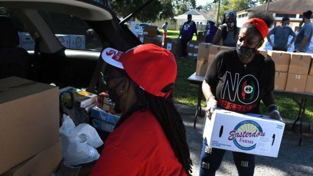 Fila para banco de alimentos na Flórida