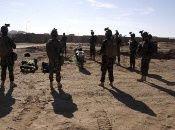 Militares afganos detienen a combatientes talibanes tras atacar un puesto policial.