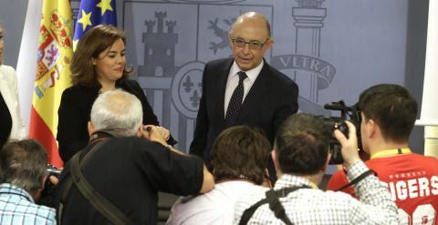 El ministro de Hacienda, Cristóbal Montoro, junto a la vicepresidenta del Gobierno, Soraya Sáenz de Santamaría, antes de la rueda de prensa tras la reunión del Consejo de Ministros. EFE/Angel Díaz