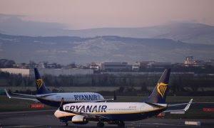Un avión de Ryanair a punto de despegar.- REUTERS