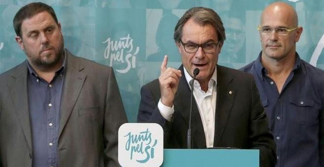 El líder de ERC, Oriol Junqueras; el presidente catalán en funciones, Artur Mas (CDC); y el candidato de Junts pel Sí, Raül Romeva, durante una conferencia de prensa en el Born Centre Cultural de Barcelona./ EFE