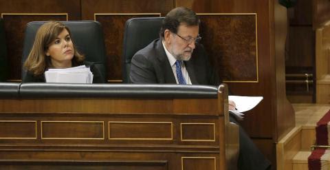 El presidente del Gobierno, Mariano Rajoy, junto a la vicepresidenta del Gobierno de España, Soraya Sáenz de Santamaría, durante el pleno del Congreso de los Diputados, sobre los resultados del último Consejo Europeo. EFE/Paco Campos