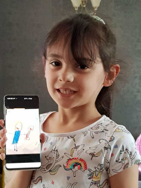 """Mother shares hilarious painting her daughter drew of """"mummy and daddy"""""""