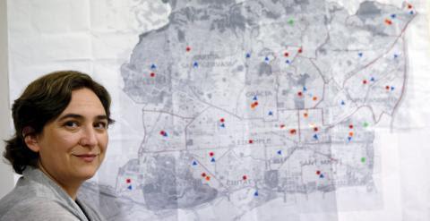 Ada Colau, en la sede de BComu, junto a un mapa de la ciudad de Barcelona. REUTERS