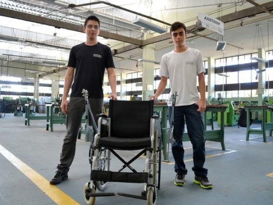 Dispositivo criado por alunos do 3º ano do ensino médio de Etec de Piracicaba é instalado em menos de 10 minutos em cadeiras de roda