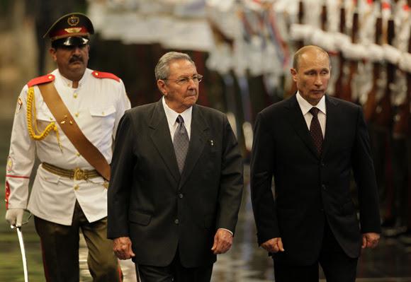 El presidente de Rusia, Vladimir Putin, y el presidente de los Consejos de Estado y Ministros de Cuba, General de Ejército Raúl Castro, reciben el saludo del batallón de ceremonia. FOTO: Ismael Francisco/CUBADEBATE.