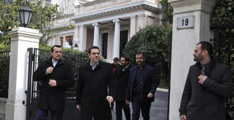 El primer ministro griego, Alexis Tsipras, sale de la mansión Maximos, en Atenas, para dirigirse al palacio presidencial. EFE/Simela Pantzartzi