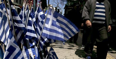 Banderas griegas en una tienda en el centro de Atenas. REUTERS/Alkis Konstantinidis
