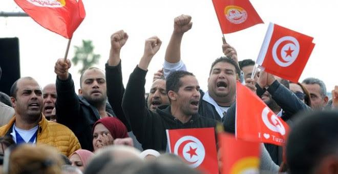 Ciudadanos tunecinos se manifiestan en la huelga celebrada el pasado 22 de noviembre./EFE