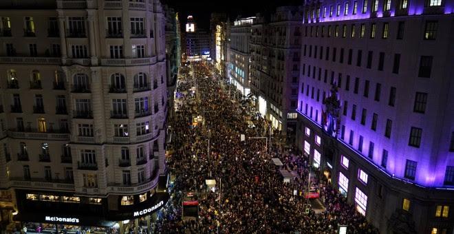 Vista aérea de la Gran Vía de Madrid durante la manifestación del 8M. - REUTERS
