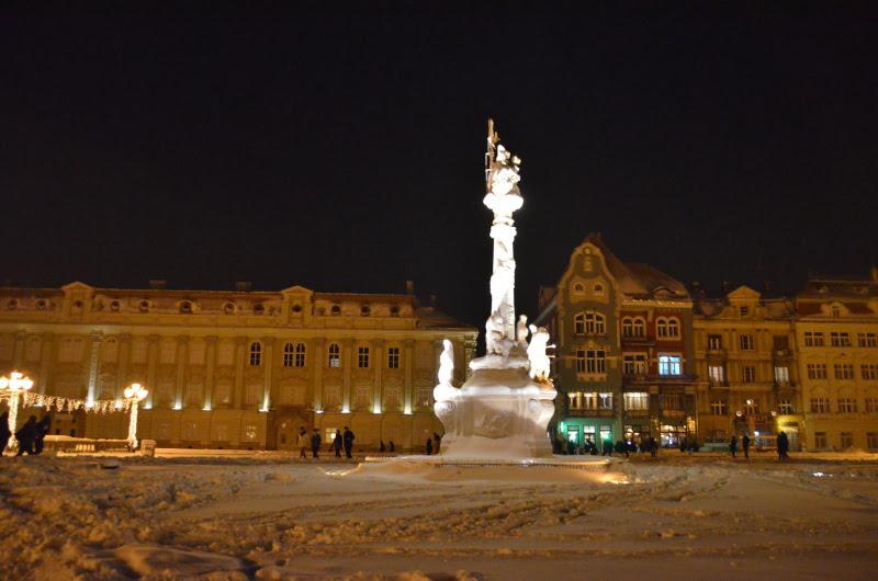 monument-sfinta-treime-piata-unirii-timisoara-noaptea-zapada