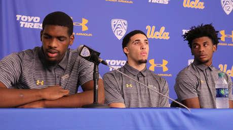 Los baloncestistas de la UCLA detenidos en China, Cody Riley, LiAngelo Ball y Jalen Hill, el 15 de noviembre de 2017.