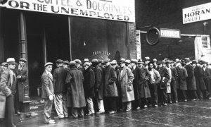 Una cola de hombres sin empleo, en un comedor de beneficencia que entrega 'Sopa gratis', abierto en Chicago por Al Capone en Chicago.