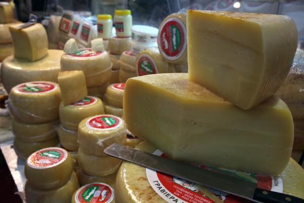 Δέσμευσαν 956 κιλά τυρί σε ψυκτική αποθήκη του Πειραιά