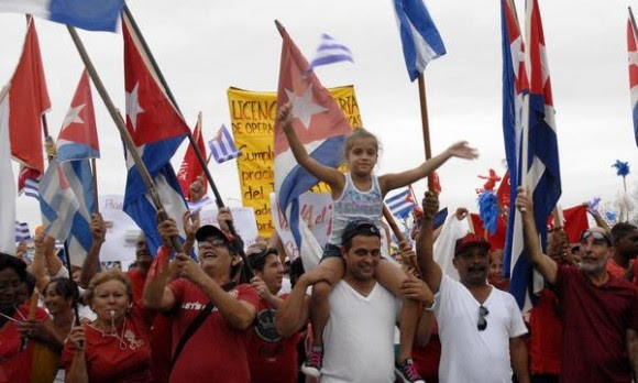 Obreros junto a sus familiares, marchan unidos y solidarios, en el desfile por el Día Internacional de los Trabajadores, en la plaza Ernesto Che Guevara, en Santa Clara, provincia Villa Clara, Cuba, el 1ro. de mayo  de 2015.   AIN  FOTO/Arelys María ECHEVARRÍA RODRÍGUEZ/