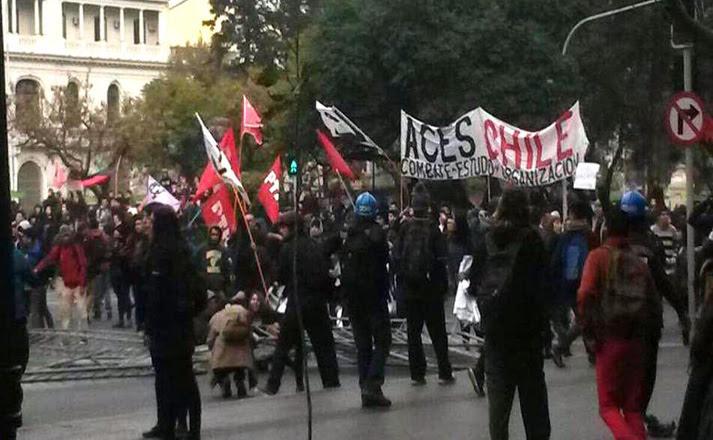 La manifestación de los estudiantes ha interrumpido el tránsito vehicular en toda la Alameda.