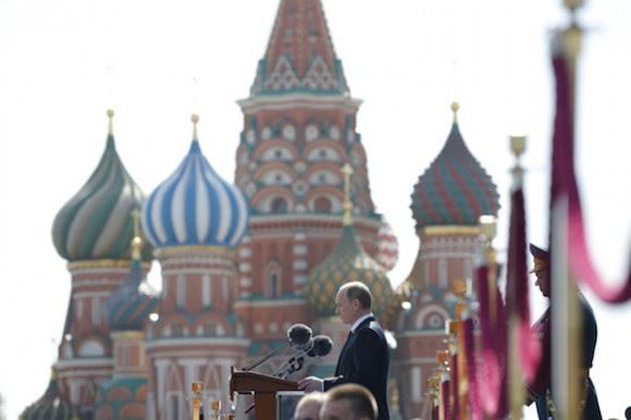 Putin en la Plaza Roja, durante el desfile militar por el Día de la Victoria. Foto: Alexander Zemlianichenko/ AP