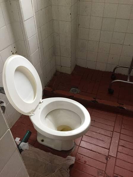 Banheiro de uma enfermaria do Instituto Estadual de Cardiologia Aloysio de Castro, no Humaitá, onde os funcionários da limpeza pararam de trabalhar por falta de pagamento