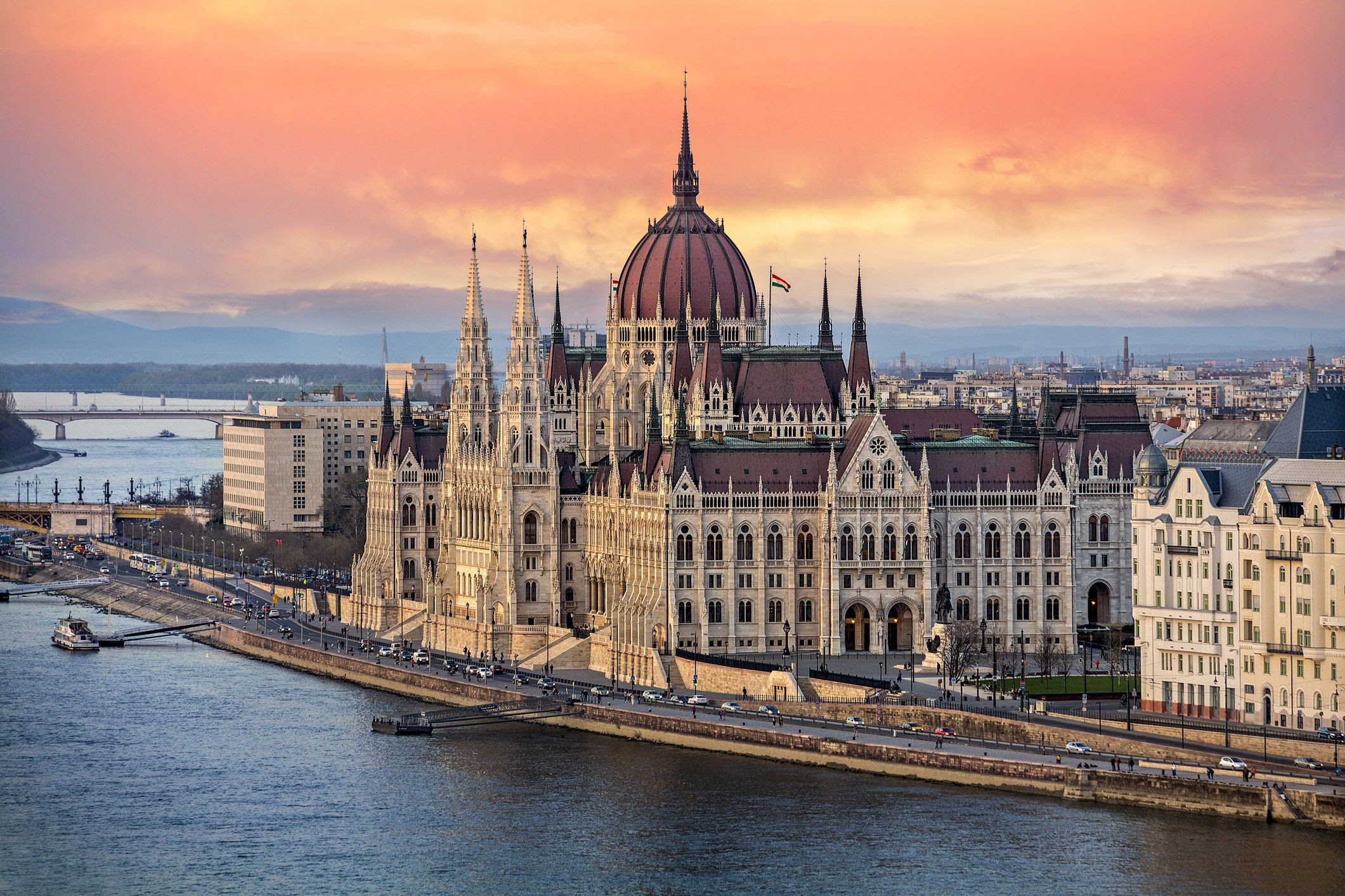 https://campaign-image.com/zohocampaigns/427042000023829006_zc_v8_the_hungarian_parliament_on_the_danube_river_at_sunset_in_budapest__hungary_945207010_23afbc9012d54bc4bb7c8a1f8c90075b.jpg