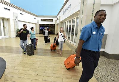 Turistas chegam ao Lynden Pindling International Airport em Nassau, capital das Bahamas, na segunda-feira, 11 de setembro. (PRNewsfoto/Bahamas Ministry of Tourism and)