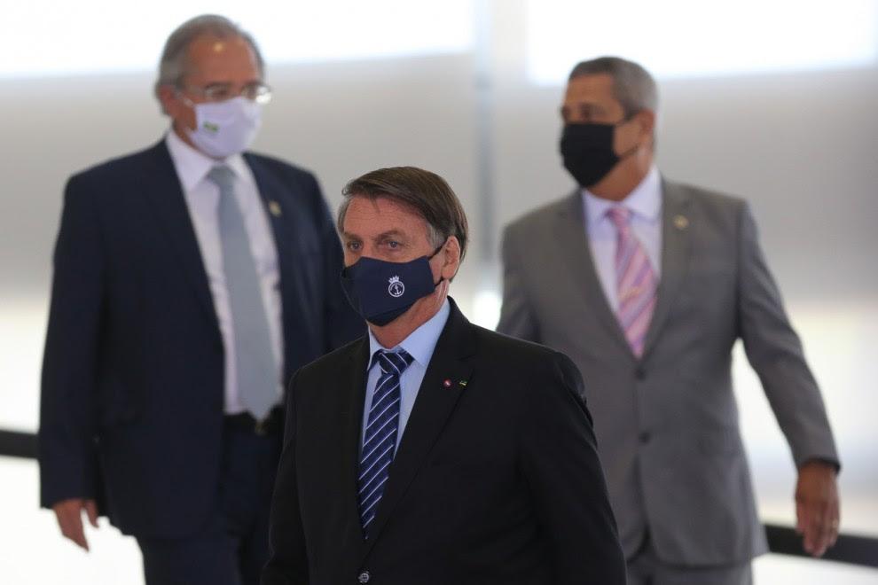 EL presidente Jair Bolsonaro con Paulo Guedes (izq), ministro de economía, y el general Braga Netto, nuevo ministro de defensa, en un reciente acto del Gobierno brasileño. FÁBIO RODRIGUES POZZEBOM/ AGÊNCIA BRASIL. 19MAR21.
